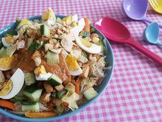 Ik vroeg mijn Oma naar haar recept voor Gado Gado en ik kreeg een mailtje, met daarin alleen een opsomming van ingrediënten. Geen hoeveelheden, geen bereidingswijze en ook geen tips. Oh jawel: &#82… Veg Recipes, Asian Recipes, Healthy Recipes, Ethnic Recipes, Gado Gado, Bali, Indonesian Cuisine, My Favorite Food, Food Inspiration