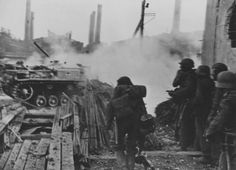 Солдаты 577-го полка вермахта и САУ StuG III во время боя на заводе «Баррикады» в Сталинграде