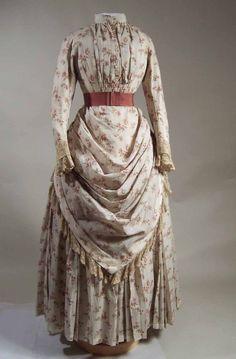 1885.1887 Combinacion de dos piezas blusa y la falda eran muy populares. La década de 1880 trae cuellos altos, collares ajustados, sin importar si era parte de la misma blusa o la camisa debajo. Mangas  fueron en general bien pegados. Las faldas se siguió excesivamente recortado, pero rara vez tenía trenes y, a menudo terminó cerca del tobillo. Blusas para la noche tenian mangas largas o cortas con guantes hasta el codo