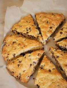 En ce dimanche matin, je vous propose une recette qui a fait fureur auprès de monsieur gourmand ! Des scones aux pépites de chocolat (en version vegan et sans gluten). Les scones ce sont des petits pains britanniques, très populaires dans de nombreux pays anglophones. Ils se dégustent souvent avec …