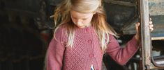 Kevyt villatakki lapselle kuvioidaan palmikoin. Hihat ovat sileää neuletta. Napituslistat ja muut reunukset ovat joustinneuletta. Knit Crochet, Kimono Top, Knitting, Crocheting, Kids, Women, Fashion, Crochet, Young Children