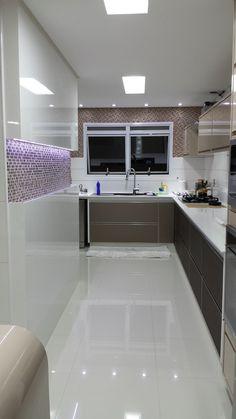 cozinha - destaque para o painel em laca branca e iluminação de led