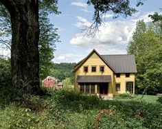 I love a farmhouse, and I love a yellow house, so this house is quite perfect.