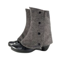 Personaliza tus botínes con polainas elegantes! Este accesorio en tejido de espiga gris les da un toque muy especial a tus botines. Las cubrebotas son reversibles – te llevas dos modelos en uno. Dependiendo de la occasión y de tu outfit puedes elegir la cara que mas te guste y combinar