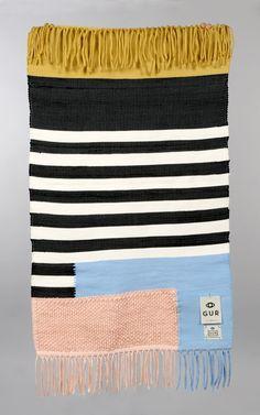 Tous les tapis de GUR sont fait à la main. Tenu dans un métier à tisser traditionnel à la main avec chiffon brut. La technique de relief ou plus de couches de couleurs. Finition avec couture de base. En raison de ce produit dépend recyclés matières parfois que la palette de couleurs