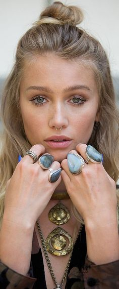 Natural make-up, a light hair bun, nose piercing and boho rings . - Natural make-up, a light hair bun, nose piercing and boho rings … # - Septum Piercings, Innenohr Piercing, Nostril Ring, Nose Piercing Ring, Mouth Piercings, Pierced Nose, Smiley Piercing, Septum Clicker, Tattoo Creative