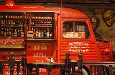 El viejo camión de Coca Cola, uno de los emblemas de La Botica Indiana de la calle Jovellanos (Oviedo)