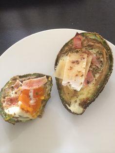 Inspirert av Berit Norstrand, varm avokado med egg. Min variant er med et hint av lakrispulver og chilipulver, oregano, parmesan og hamburgerygg.