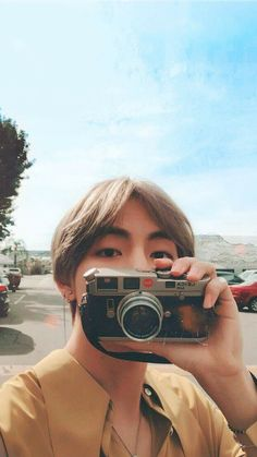 I just love when V has an old/vintage camera, bc I love cameras and photography