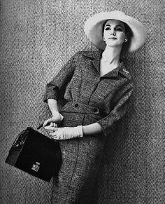 Femme Chic Printemps Dress by Lucile Manguin, bag Hermès. Photo by Louis Astre. 1950s Fashion, Vintage Fashion, Classic Fashion, Vintage Dresses, Vintage Outfits, Vintage Clothing, Mode Vintage, Vintage Style, Before Us
