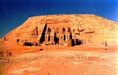 La vista del complejo, el cual fue desplazado en 1964 para evitar desaparecer bajo las aguas del Nilo por la represa de Assuan.