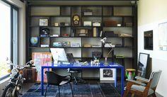 Um ambiente de escritório pode ganhar um ar despojado com alguns toques de #cor nos #móveis e adornos. Neste, a #Mesa Byo – no vidro #Cristallo #Blu – é a dose perfeita de descontração.   #MesaByo #design #interiores #interiordesign #arquitetura #architecture #homeoffice #vidro #aluminio #home #house #escritorio