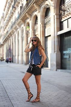 . Shorts: Topshop (old) More HERE . Chaleco / Denim waistcoat: vintage  . Pañuelo / Scarf: Mango (old)  . Bolso / Bag: Chanel