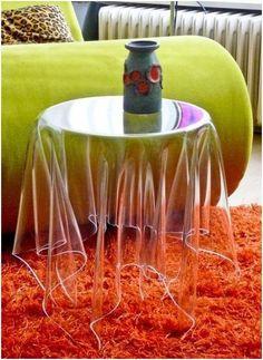 Nem is tudom minek nevezzük ezt…átlátszó terítő asztalka? Nagyon ötletes!
