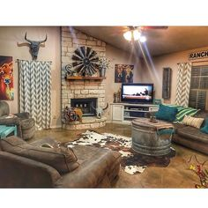 western homes decorations Western Decor - Western Home Decor Living Room Western Living Rooms, My Living Room, Living Room Decor, Western House Decor, Western Bedrooms, Rustic Western Decor, Small Living, Cowboy Home Decor, Western Bedroom Decor