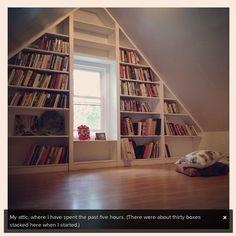 Büchergestell in Dachschräge - mit einem gepolsterten Sitzplatz auf dem Fensterbrett