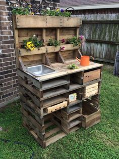 20 Brilliant DIY Pallet Furniture Design Ideas to Inspire You 60 Awesome DIY Pallet Garden Bench and Storage Design Ideas Pallet Garden Benches, Pallet Garden Furniture, Outdoor Pallet, Garden Work Benches, Pallet Fence, Fairy Furniture, Pallet Potting Bench, Potting Tables, Pallet Work Bench