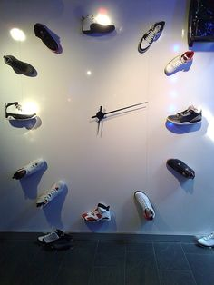 I could seriously do this with my jordans! I love this and how the # of jordans reps the time! Jordan Clock, Jordan Shoes, Jordan Sneakers, Home Design, Velo Retro, Vitrine Design, Decoration Vitrine, Curvy Petite Fashion, Art Deco