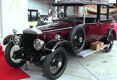 Daimler 30, voiture routière de 1920  La Daimler 30, cette ancienne voiture fut produite de 1920 à 1925, cette Daimler 30 de 1920 mesure 1.85 mètres de large, 5.02 mètres de long, et a un empattement de 3.25 mètres.