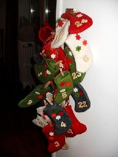 Calendrier-avent-enfants-7-10ans Christmas Stockings, Christmas Wreaths, Christmas Decorations, Christmas Ornaments, Holiday Crafts, Holiday Decor, Charades, Holidays, Mini