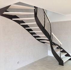 Escalier élégant et tournant en noir et blanc