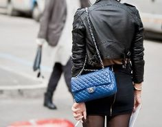 Semana passada em um post da Sophia discutimos sobre o tamanho de uma das bolsas Chanel que ela tinha gostado. Lembrei-me de algumas fotos que vi e salvei de uma das bolsas mais lindas que a marca já fez: Foi da coleção primavera-verão 2009, cuja campanha foi estralada pela Jerry Hall: Esta, pra mim, tem …