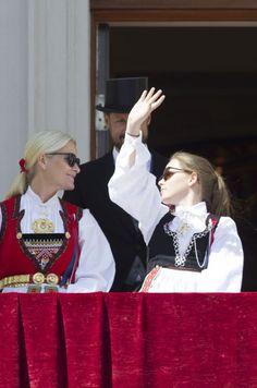 La princesse Ingrid Alexandra de Norvège, fille de Mette-Marit et Haakon, avait tout d'une star au balcon du Palais royal d'Oslo ce mardi.