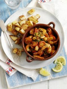 I gamberi alla catalana sono una ricetta della cucina spagnola, per prepararla occorrono gamberi, pomodorini, aglio, cipolla, peperoni, basilico e zafferano