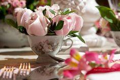 flores dentro de louças