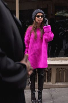 Find tips and tricks, amazing ideas for Miroslava duma. Discover and try out new things about Miroslava duma site Pink Sweater Outfit, Hot Pink Sweater, Mode Outfits, Fashion Outfits, Fashion Weeks, Pull Mohair, Pull Rose, Simple Winter Outfits, Barbie Mode