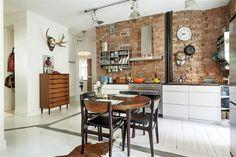 ściana z czerwonej cegły w kuchni,skandynawska kuchnia ze sciana z cegły,stalowy okap i półki na ceglanej scianie w kuchni,drewniany klasycz...