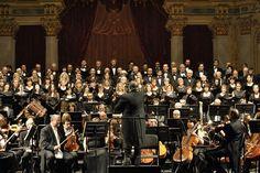 Il M° Donato Renzetti, la Filarmonica Arturo Toscanini, la Corale Verdi (Ph. Annalisa Andolina)