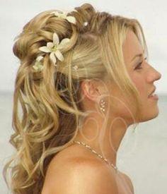 Brautfrisuren mit Blumen für Ihre perfekte Hochzeitsstimmung - brautfrisuren blumen blond hochgesteckt mit locken - bridal hairstyle
