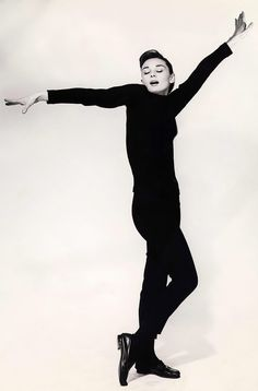 Audrey Hepburn, 1957, photo by Richard Avedon  (Idea de pose para cambio 2)