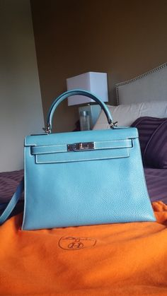 Hermes -- but in red, please. Tote Handbags, Purses And Handbags, Coach Handbags, Coach Bags, Birkin, Hermes Bags, Beautiful Bags, My Bags, Fashion Bags
