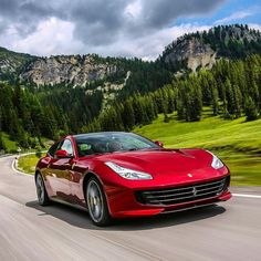 Ferrari GTC4 Lusso 2017 Modelo esportivo para quatro lugares tem motor aspirado 6.2 V12 com 690 cv e 697 Nm a 5750 rpm de torque. Máxima de  335 km/h e aceleração de  0-100 km/h em apenas 3.4s. #carroesporteclube #Ferrari