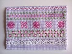 Resultado de imagem para broderie suisse Chicken Scratch Embroidery, Labor, Diy Arts And Crafts, Sewing Hacks, Gingham, Hand Embroidery, Needlework, Cross Stitch, Creative