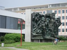 Rotkäppchen - Bronzerelief Aufbruch / Karl-Marx-Relief in Universität Leipzig.