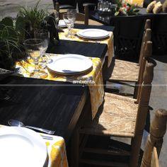 Comedor. Mesa negra, sillas hacienda, camino de mesa mexicano bordado.
