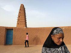Адагез, Нигер. Мужчина и женщина на фоне мечети
