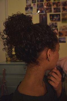 curly-essence:  sperosolus:  curly bun  http://curlyessence.com/