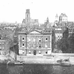 De Coolsingel en Coolvest met het Erasmiaans Gymnasium tussen 1898 en 1902. De fotograaf is François Henri van Dijk en de foto komt uit het stadsarchief Rotterdam #rotterdam #rotterdamvantoen #010 #geschiedenis #history #historie #gers #coolvest #coolsingel #instahub #instawalk010 #instadaily