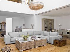 Salon jest bardzo przestronny, urządzony w naturalnych kolorach.