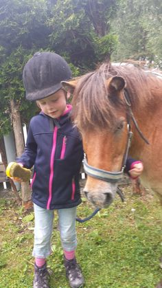 ein Pony kennenlernen Riding Helmets, Hats, Simple Bun, Getting To Know, Hat