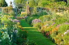 There are a variety of factors that you must focus on in terms of gardening, and that means you need to keep yourself well-informed by incorporating helpful gardening advice. It's not easy to garden all by yourself, particularly if you are inexperienced. Gardening Magazines, Gardening Books, Gardening Tips, Flower Gardening, Dutch Gardens, Small Gardens, Garden Borders, Garden Paths, Short Plants