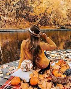Picnic by the river ~ Cozy Fall aesthetic Autumn Photography, Girl Photography, Creative Photography, Fall Picnic, Autumn Instagram, Autumn Aesthetic, Autumn Cozy, Shooting Photo, Fall Photos