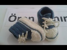 This is a video tutorial on how to crochet baby booties Crochet Baby Shoes, Crochet Slippers, Diy Crochet, Baby Converse, Knitted Booties, Baby Sneakers, Baby Boots, Baby Feet, Baby Knitting