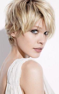 Jeune femme blonde coiffée court avec longue frange