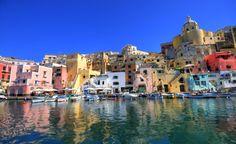 Procida en Nápoles  La relación entre Italia y los volcanes desde hace miles de años se torna trágica. Al igual que ocurrió con Pompeya, el Vesubio amenaza seriamente la zona sur del país. Según los expertos, debido a la imprevisibilidad del volcán, Nápoles puede dejar de existir en cualquier momento.