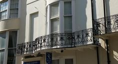 Court Craven Brighton & Hove Court Craven enjoys a fantastic central location, a few paces from the sea, 5-minutes from the pier and The Lanes and close to everything Brighton has to offer. Free WiFi is available throughout the property.